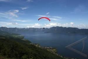 Aktivitas Paralayang dari Puncak Lawang Sumber: antarafoto.com
